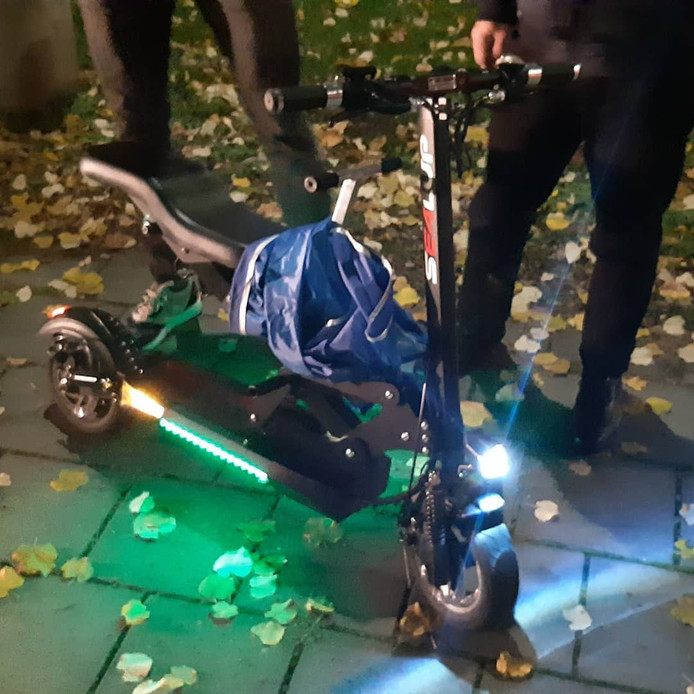 De e-step met opvallende led-verlichting werd in Arnhem in beslag genomen.