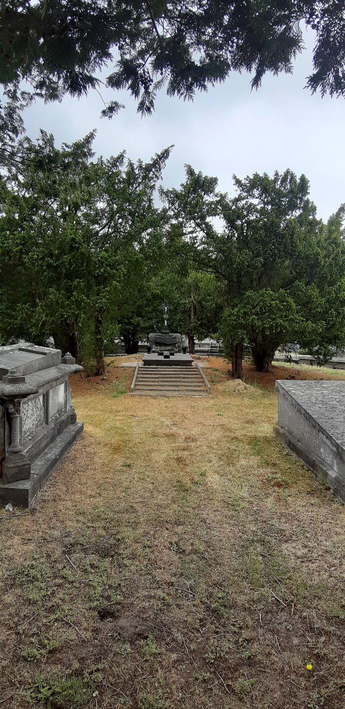 Oude Calvarieberg op begraafplaats.