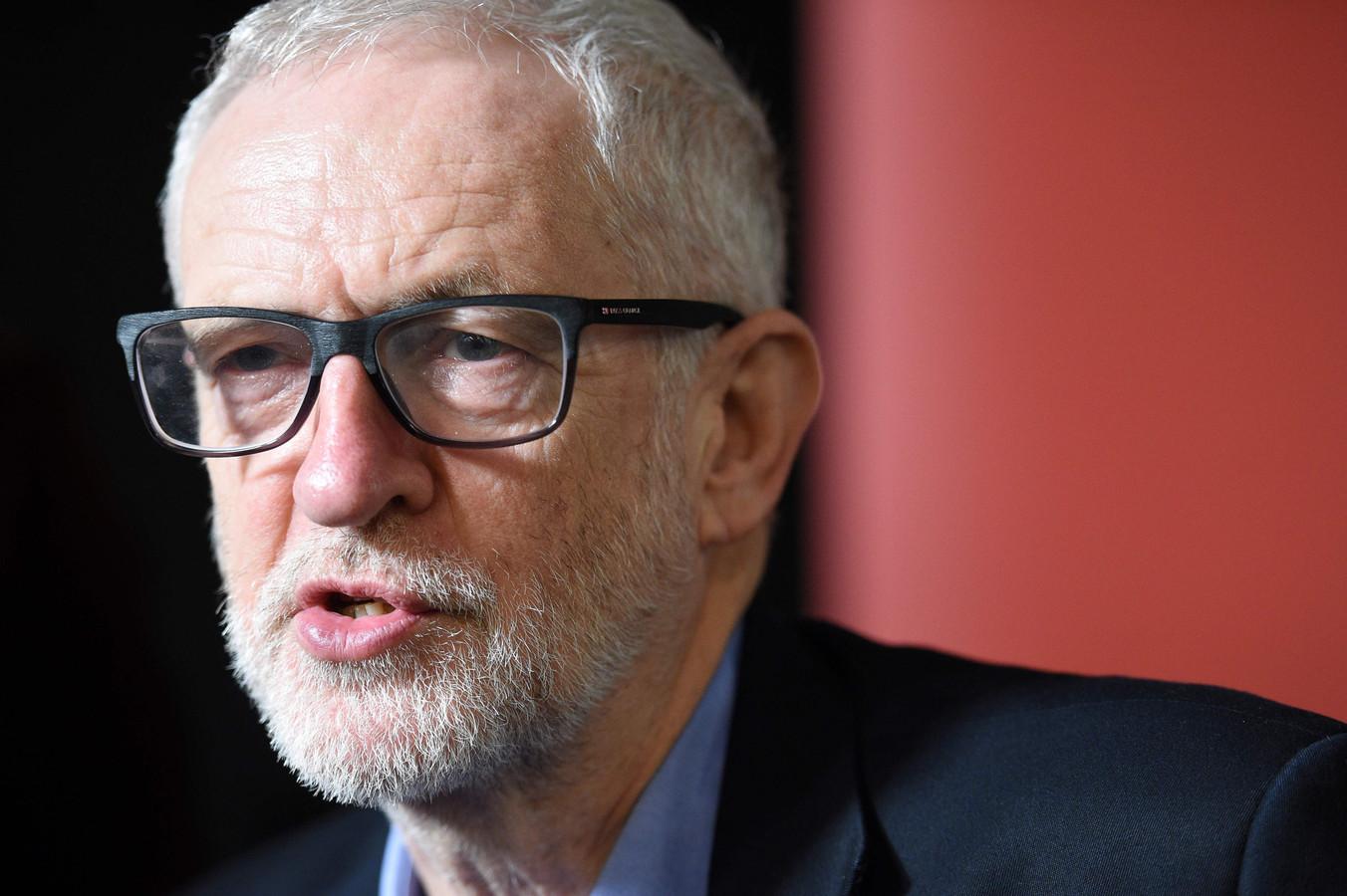 Jeremy Corbyn pakt het antisemitisme bij Labour niet voldoende aan, vindt de opperrabbijn van het Verenigd Koninkrijk.