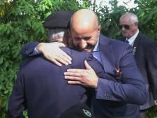 Arnhemse burgemeester Marcouch biedt geweigerde veteranen met knuffel excuses aan