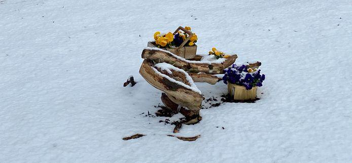 Paasversiering krijgt een sneeuwlaagje