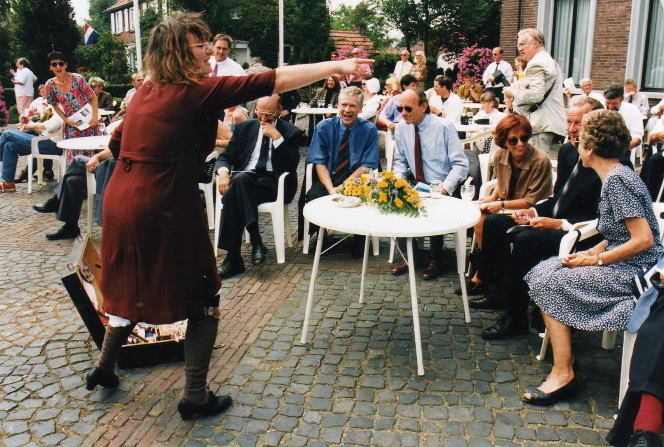 Fragment uit de historische optocht tijdens Diessen 1625 in 1995. In het midden de eregasten burgemeester Reinders (donkerblauw overhemd) en rechts naast hem Commissaris van de Koningin Van der Harten, vóór het voormalige gemeentehuis van Diessen in de Willibrordusstraat.