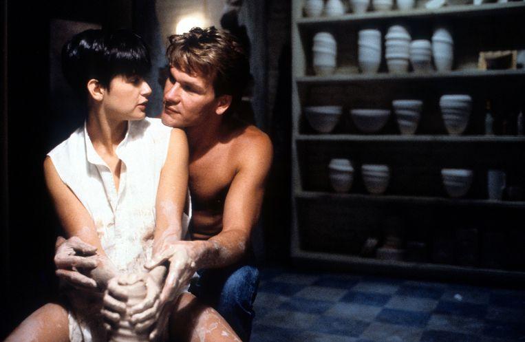 Pottendraaiende DemiMoore en Patrick Swayze in 'Ghost', de kaskraker die half juli exact dertig jaar wordt. Beeld Getty Images