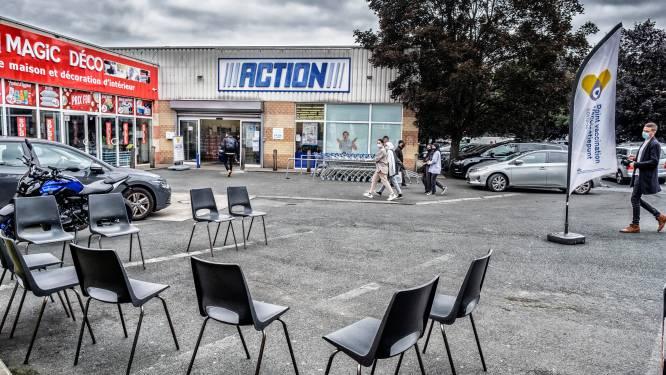 """""""Ik bén goed geïnformeerd. Via mijn sociale media"""": vaccinatie aan populaire Brusselse winkels verloopt moeizaam"""