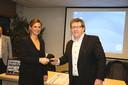 Burgemeester Verhaert ontving de sleutel van de bus uit handen van Eddy Delmoitié van Special ad