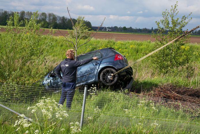 Een kraan heeft de auto uit de sloot getakeld.