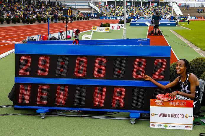Sifan Hassan juicht na haar wereldrecord op de 10.000 meter tijdens de FBK Games in Hengelo.