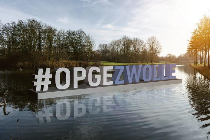 Visualisatie van de metershoge letters die in Zwolle zullen komen vanaf 14 april. Eerst in het water bij Park de Wezenlanden, later op verschillende plekken in de stad.