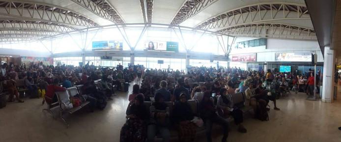 Het vliegveld in Lombok is volgepakt met reizigers die zo snel mogelijk naar huis willen
