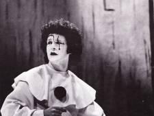 Op eigen verzoek werd acteur Herman (85) in een roze clownspak gecremeerd