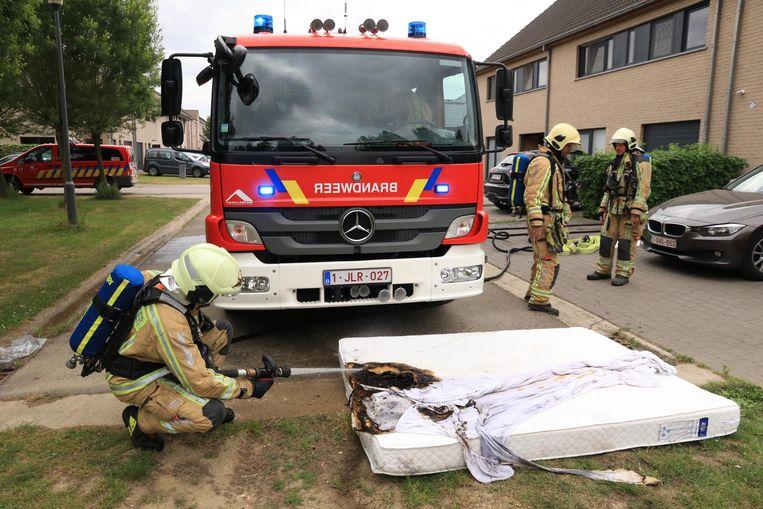 De brandweer haalde de smeulende matras naar buiten om na te blussen.