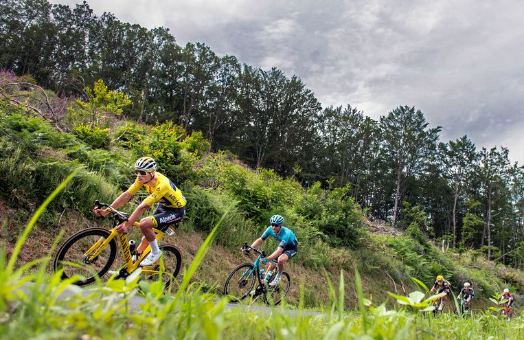 Mathieu van der Poel in de gele trui met Hugo Hoele van Astana en Wout van Aert van Jumbo-Visma in zijn spoor. Beeld Klaas Jan van der Weij