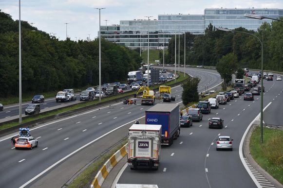 Het is aanschuiven op de Brusselse buitenring door een ongeval in Zaventem. Op de binnenring staat een kijkfile.