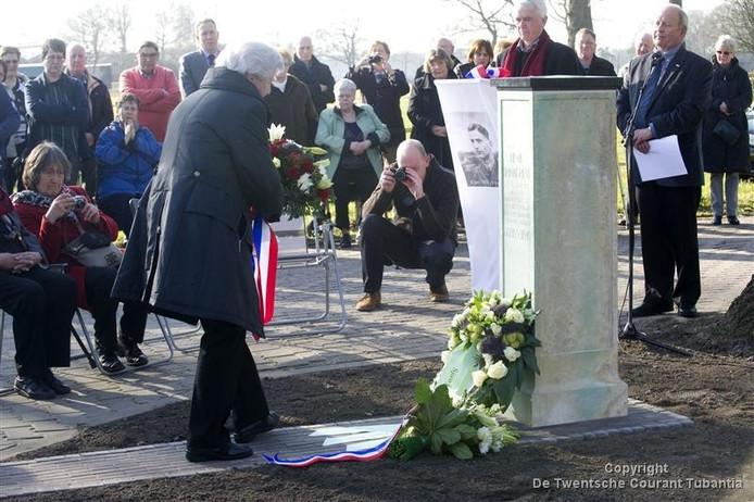 Vertegenwoordigers van de Historische Kring Losser leggen uit eerbied een krans bij het monument van verzetsstrijder Henk Brinkgreve. (Foto: Frans Nikkels)