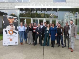 Van den vos Reynaerde bezoekt kippenstad Deinze tijdens Canteclaerjaar: Han Coucke, Jits Van Belle en lokale cast brengen dierenepos in Leietheater