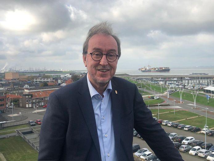 Burgemeester Jan Lonink van Terneuzen op de bovenste verdieping van het Terneuzense stadhuis aan de Westerschelde.