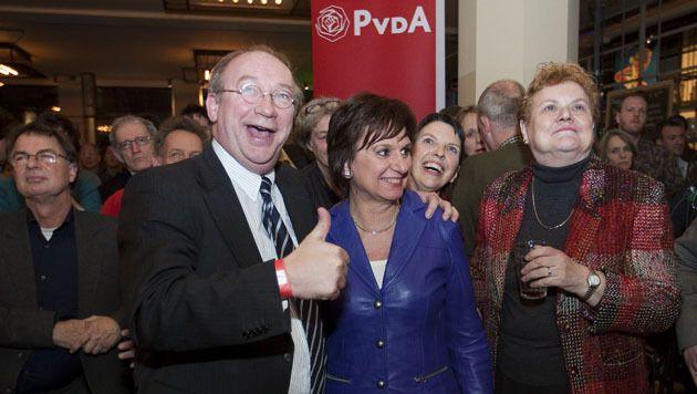 Archiefbeeld uit 2010 van wethouder Henk Kool samen met Mariette Hamer en Jeltje van Nieuwenhoven tijdens een PvdA verkiezingsbijeenkomst in Den Haag.