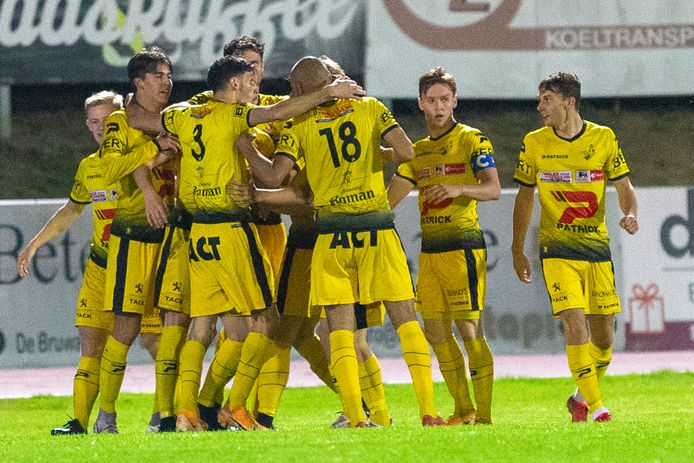De geelhemden juichen om het openingsdoelpunt van centrale verdediger Omar Lekhechine, de aanzet tot de eerste zege dit seizoen.