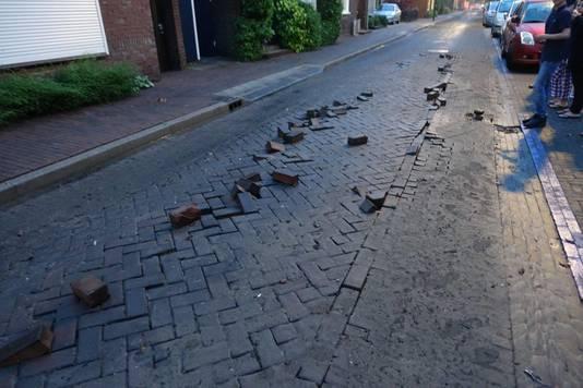 De straatstenen in de Virmundtstraat in Gemert kwamen door de hevige regen omhoog.