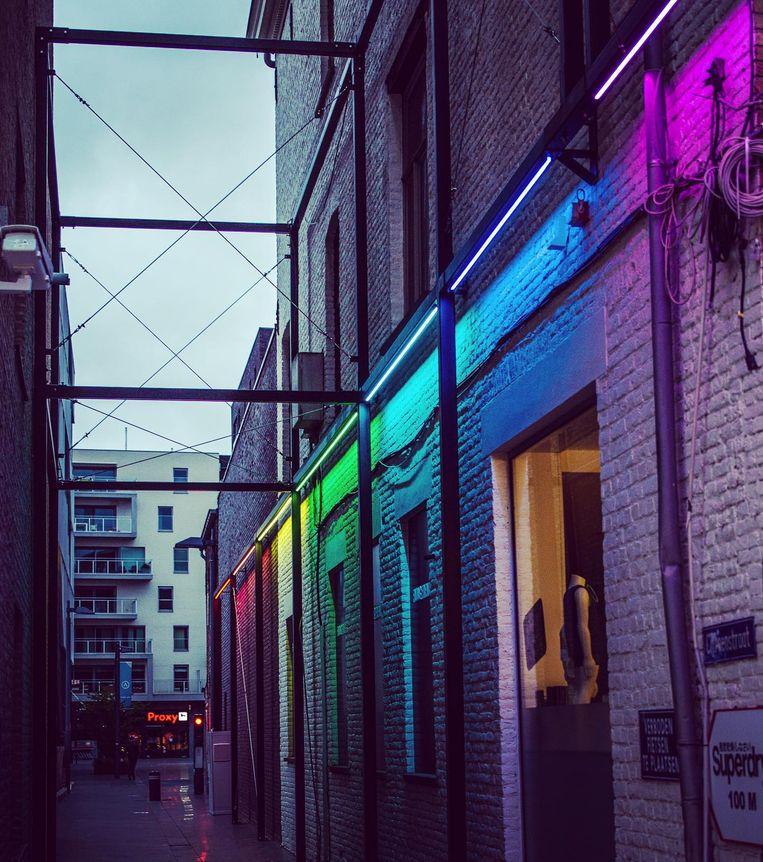 Bij duisternis zijn de regenboogkleuren goed zichtbaar.