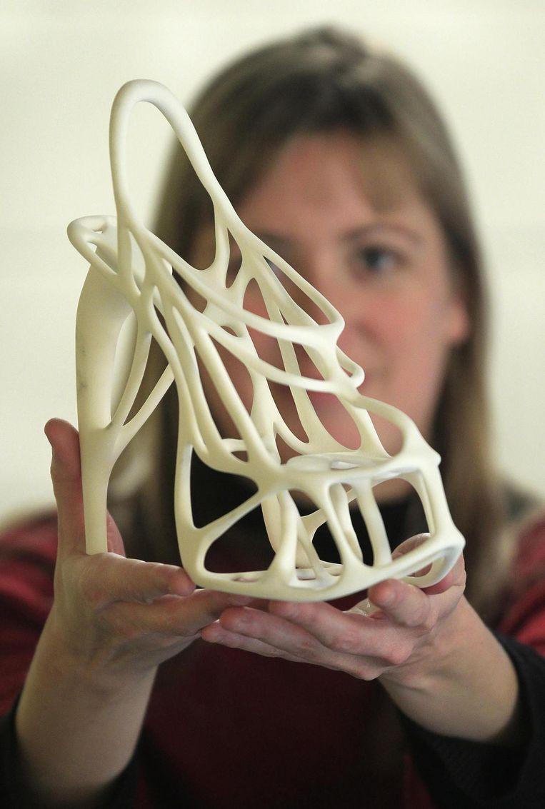 Vanessa Palsenbarg, die werkt bij het Belgische bedrijf Materialise, laat een 3D-model zien dat de Melonia schoen werd gedoopt, in maart vorig jaar. Het bedrijf beschikt over de grootste 3D-printer ter wereld. Beeld reuters