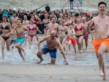 Honderden enthousiastelingen trotseren ijskoud water Monster: 'Kleine duikjes zijn leuker dan Scheveningen'