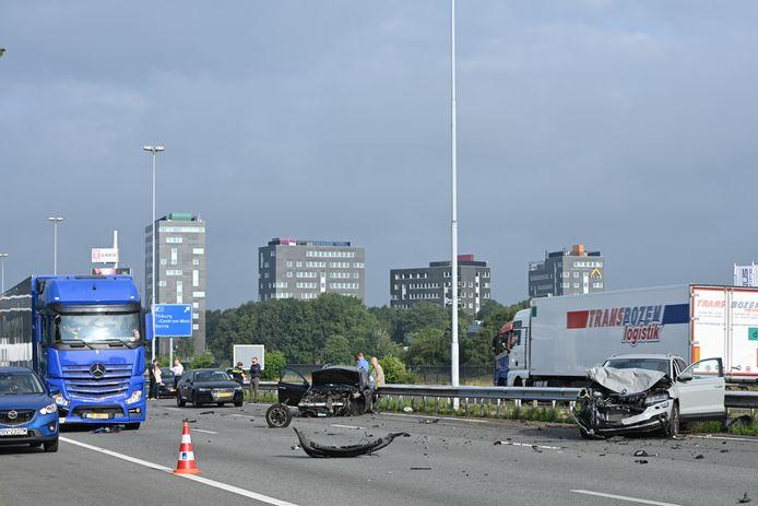 A58 dicht bij Tilburg door ongeluk met meerdere voertuigen.