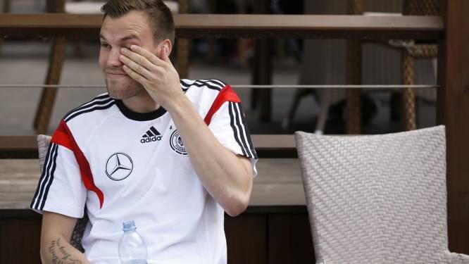 Duits international urineert in hotellobby