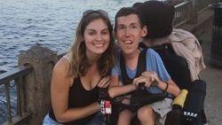 """""""We denken zelfs aan kindje"""": Shane zit met zware beperking aan rolstoel gekluisterd, maar in de liefde wint hij de jackpot"""