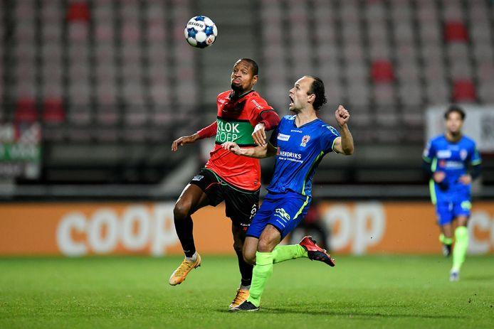 De ervaren vleugelverdediger Niels Fleuren in duel met NEC-aanvaller Rangelo Janga.