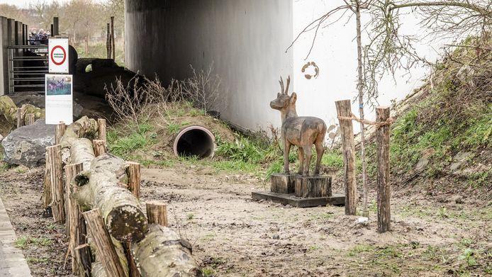 De ecotunnel onder de E403. De aanleg is leuk aangepakt, met bijvoorbeeld een houten beeldje van een ree.