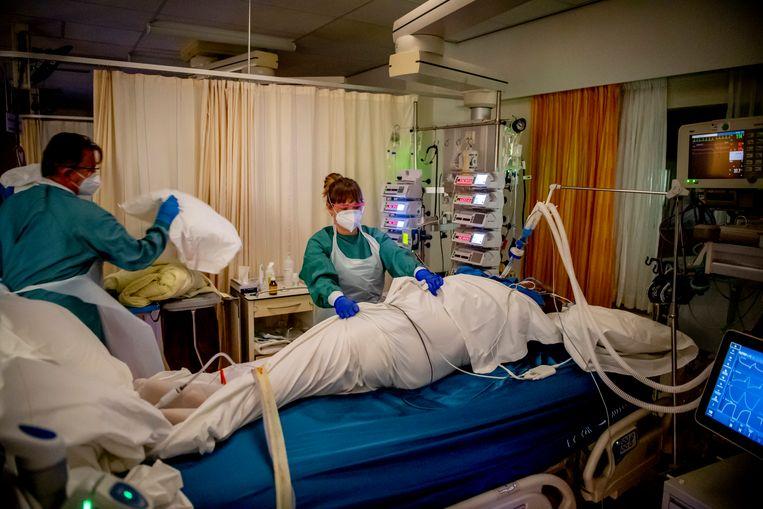 In de Noordwest Ziekenhuisgroep in Alkmaar wordt een patiënt behandeld op de ic. Beeld Robin Utrecht