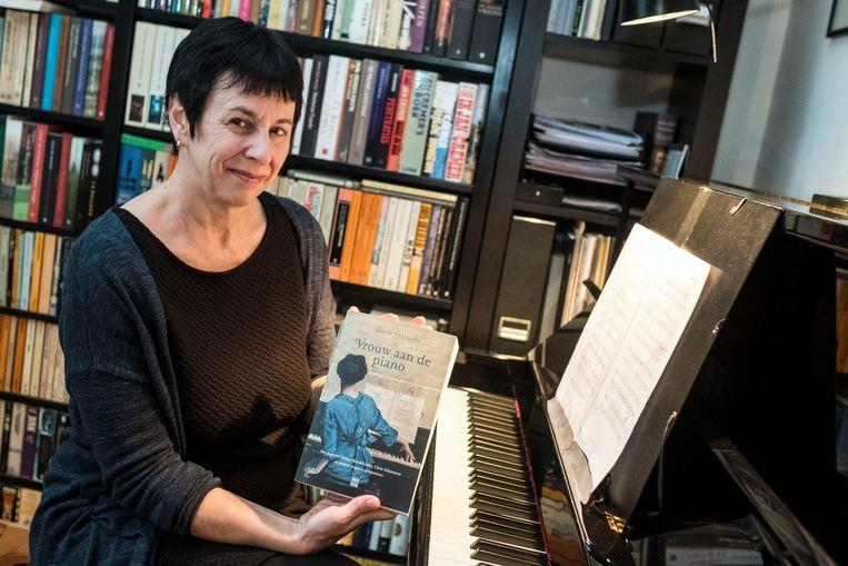 Veerle Janssens met haar boek.