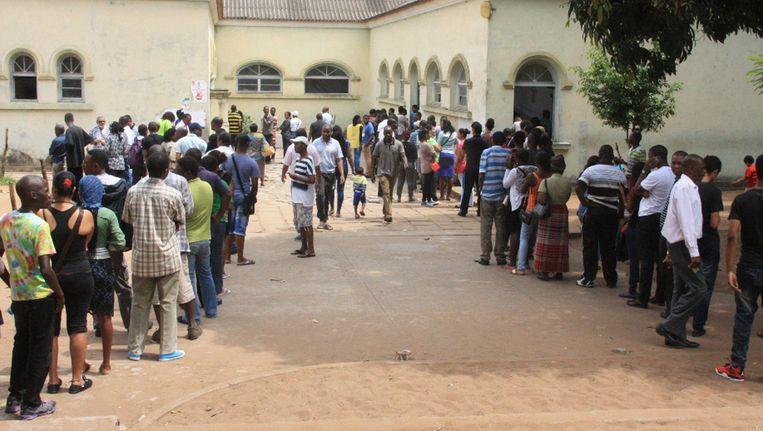 Mensen in de rij om hun stem uit te brengen in Maputo, Mozambique. Beeld ap