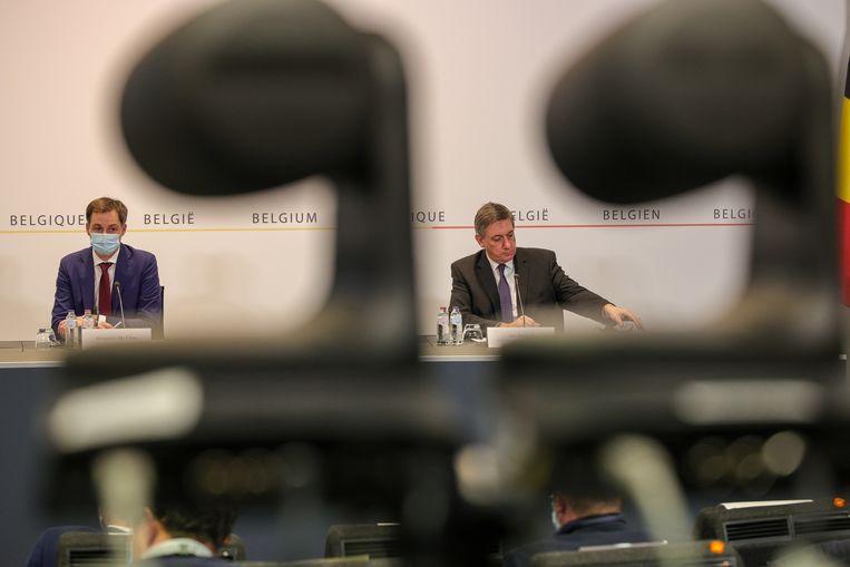 Premier Alexander De Croo (l) en Vlaams Minister-president Jan Jambon (r). Beeld BELGA