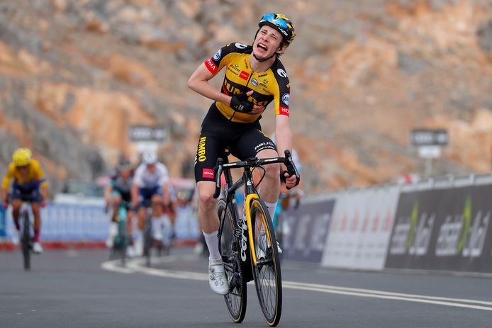 Jonas Vingegaard komt uitgeteld over de finish in Jebel Jais.