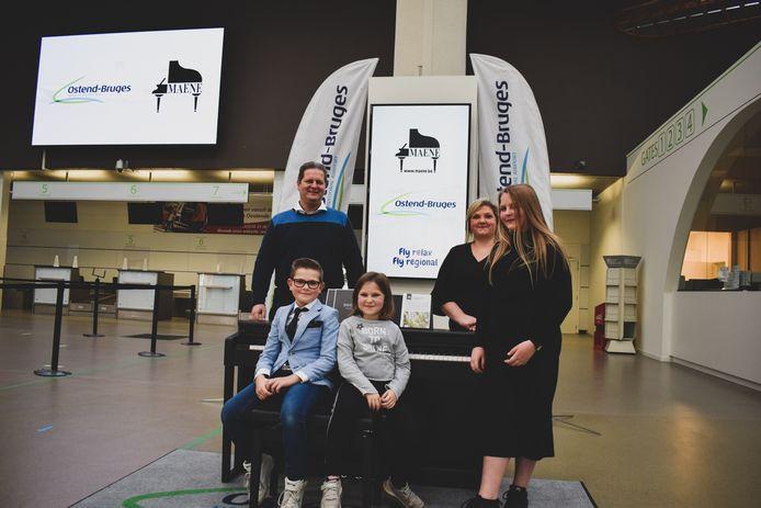 Paul Van Campfort, Cas, Julie, Karien Van Pelt en Ella krijgen een piano nadat ze een miniconcert gaven in de luchthaven van Oostende
