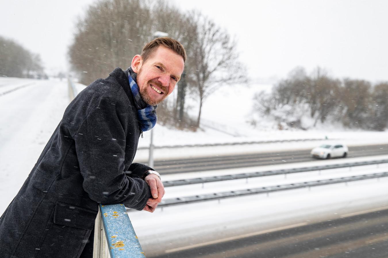 Hans de Haan van belangenvereniging AWBAop het viaduct over de A1 bij Wilp-Achterhoek dat van hem eventueel mag verdwijnen.