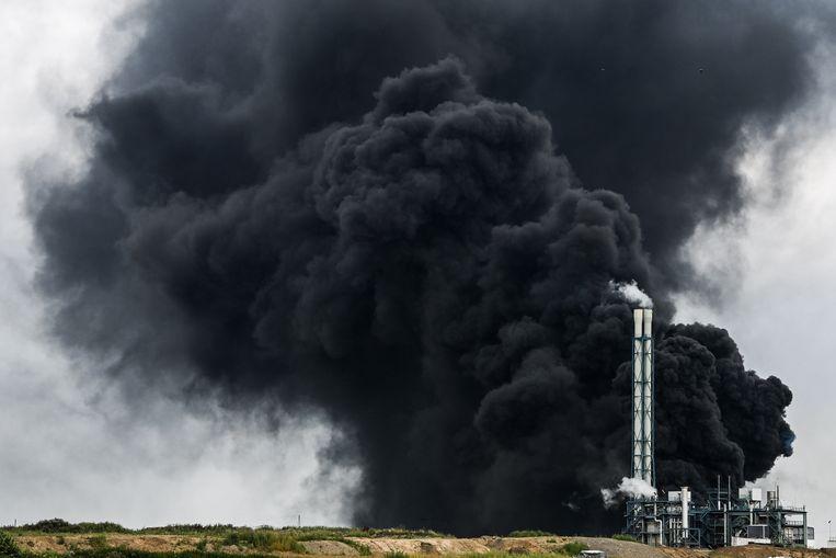 Dikke zwarte rook trekt op vanaf chemisch industrieterrein Chempark in Leverkusen. Beeld EPA