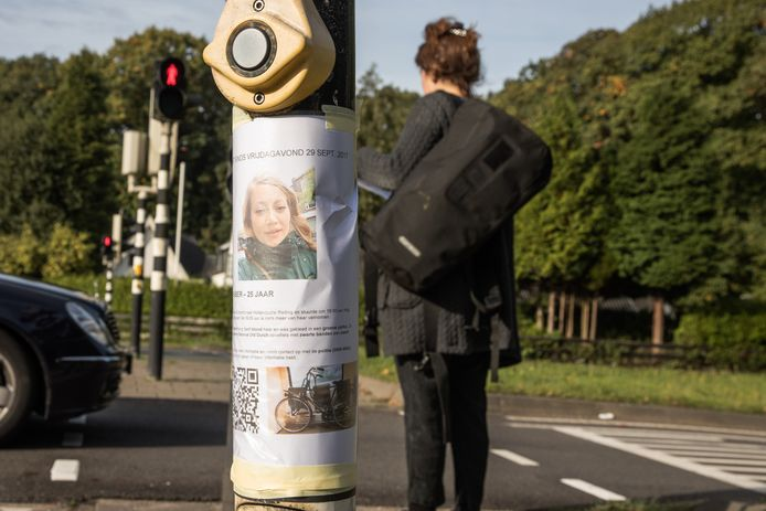 Vrienden van Faber plakken posters op in Baarn.