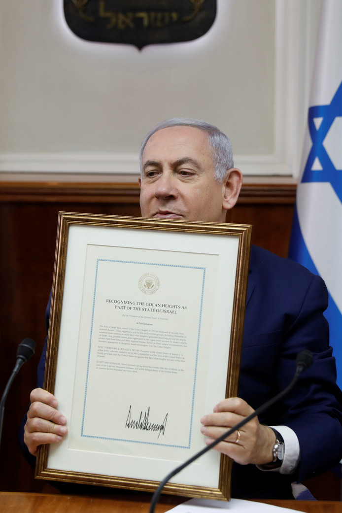 Premier Benjamin Netanyahu laat de verklaring van de Amerikaanse president Trump zien waarmee Trump de Golanhoogten als deel van Israël erkent.