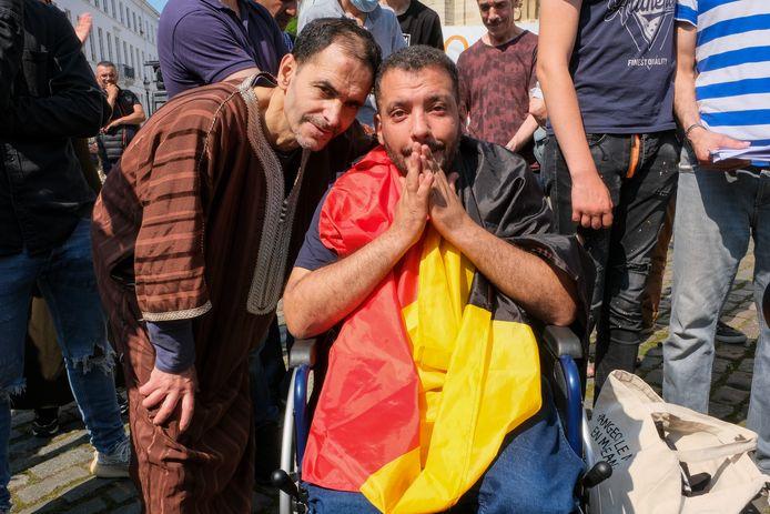 Opluchting bij de hongerstakers als ze de Begijnhofkerk verlaten. De actie duurde al 61 dagen.