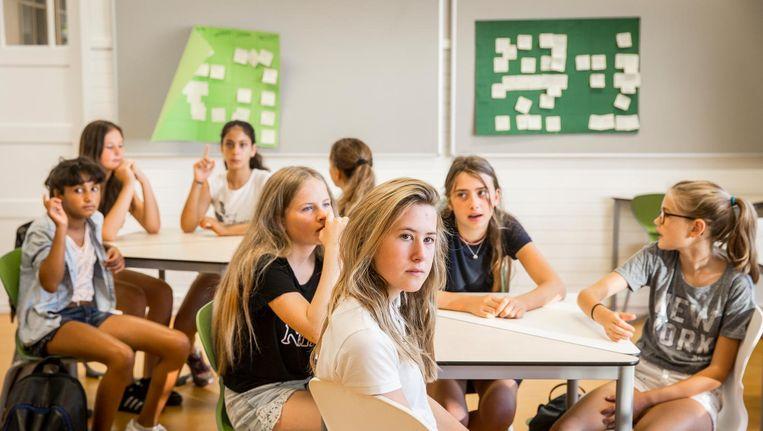 Tijdens de scrum overleggen de leerlingen wat ze die dag gaan doen Beeld Dingena Mol