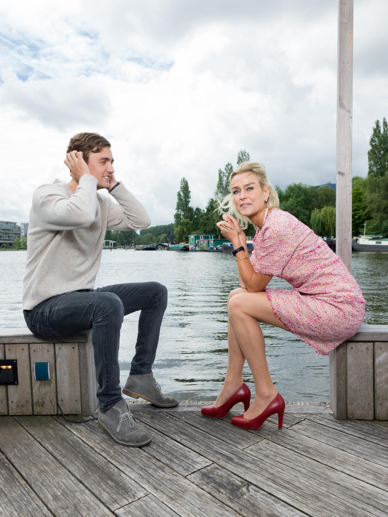 Barbara Baarsma en haar zoon. Maarten: 'Het ging goed, ik had goed geleerd, maar kon niet afstuderen.' Beeld Ivo van der Bent
