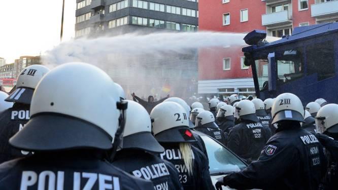 Massaal opgetrommelde agenten zetten waterkanon in tegen Pegida in Keulen