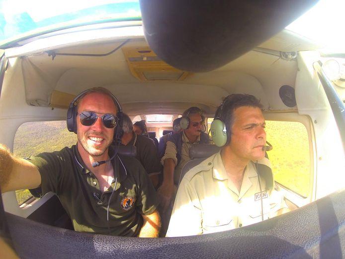 Piloot Anthony Caere en parkdirecteur prins Emmanuel de Merode vliegen boven het Virungapark in Oost-Congo, om gewonde dieren te redden.