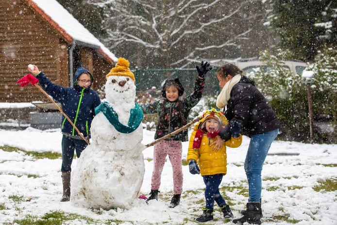 George, Felicity, Ferre en Elise maakten in Lummen een sneeuwman.