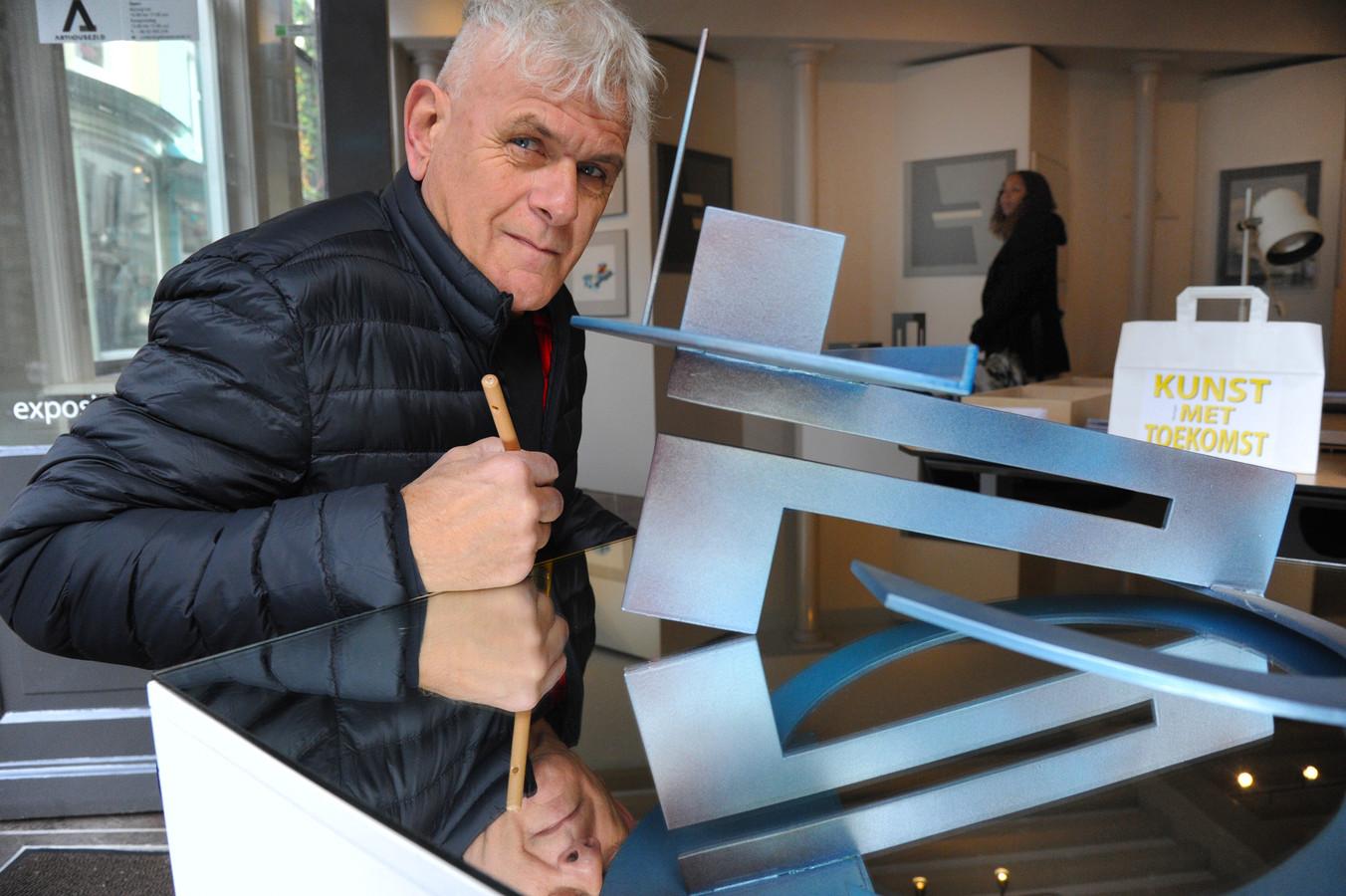 Leon Riekwel bij het werk van Kees Roovers in de nieuwe kunstwinkel aan de Sint Jacobstraat in Vlissingen.