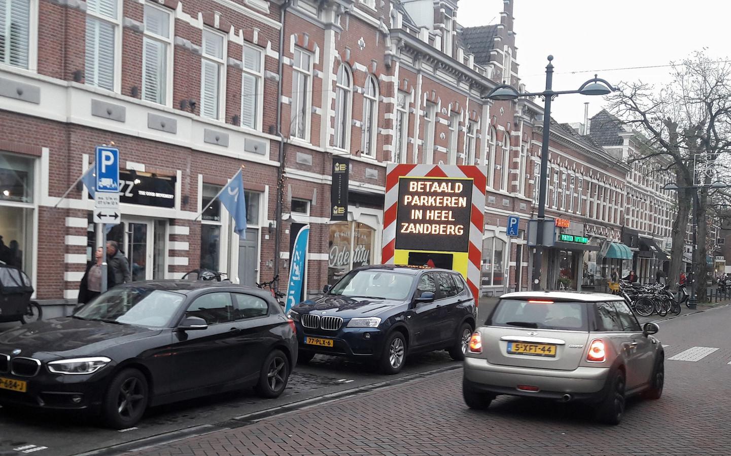 Bewoners van de wijk Zandberg in Breda worden op de hoogte gebracht van de invoering van betaald parkeren/