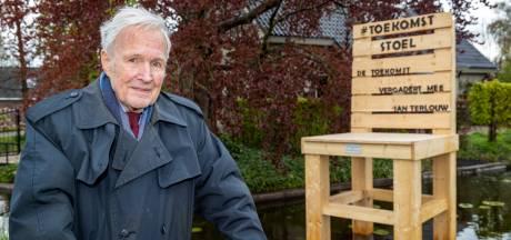 Kunst in de Nieuwkoopse sloot onthuld door Jan Terlouw: 'De toekomst vergadert mee'